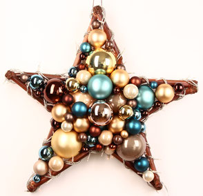 Handgefertigter Stern aus Glaskugeln in braun, gold und blau, die eingearbeitete Lichterkette