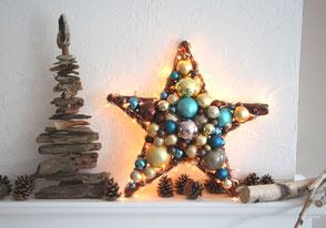 Stern auf Kamin mit Tannenzapfen dekoriert
