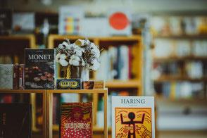 Holzrahmen mit Büchern