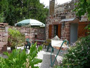A la Mérelle, vous avez à disposition cette terrasse et le jardin avec vue sur Collonges.  Hamac, chaises longues, fauteuils vous tendent les bras pour une sieste ou un moment de repos