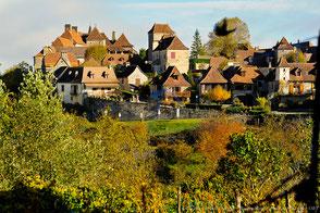 Loubressac, Plus Beau Village de France, surplombe la Dordogne et le Château de Castelnau. De là on voit Collonges-la-Rouge, Saint-Céré et Turenne