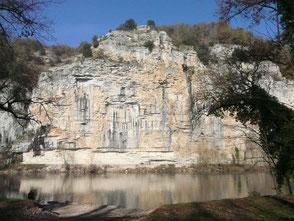 Les falaises de Gluges se reflètent sur la rivière Dordogne. Ici passe la Voie de Rocamadour, chemin de pèlerinage vers Compostelle
