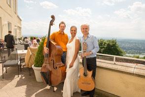 Das Latin-Trio Emocao mit brasilianischer Live-Musik auf der Terrasse des Steigenberger Hotels Petersberg