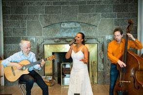 Latinband Emocoa mit Rolf Marx (Gitarre), Felicia Touré (Gesang) und Fritz Roppel (Kontrabass) im Steigenberger Hotel Petersberg Bonn
