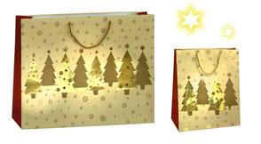 Weihnachtstüte mit Tannenbaum  und sternen in gold geprägt als Griff wurde eine goldene PP Kordel eingeknotet