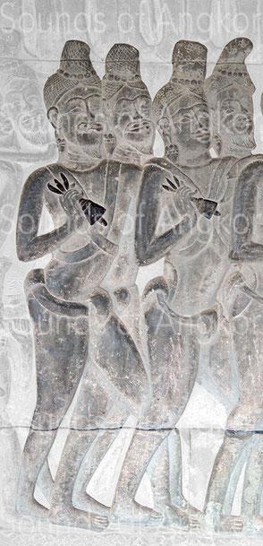 Deux cloches à foudre vajra tenues par des officiants. Angkor Vat, Défilé Historique.