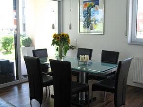 Glastisch mit 6 modernen Stühlen