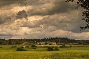 Bauernhäuser in masurischer Landschaft