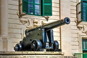kanone-vor-regierungsgebaeude