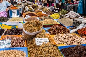 Gewürzvielfalt auf dem türkischen Markt Istanbul