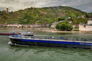 Frachtschiffe auf dem Rhein bei Kaub
