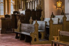 Kirchenbänke-in-der-Peterskirche