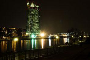euopaeische-zentralbank-ezb-frankfurt-nachtaufnahme-III