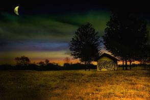 Steinhaus auf einem Feld bei Mondschein