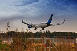 ferienende-flugzeug-landet-auf-der-landebahn