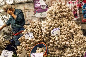 Frische Koblauchknollen auf dem Gewürzmarkt Istanbul