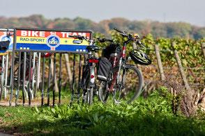 Touren-Pause-fahrrad-am-fahrradstaender