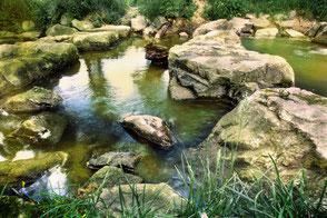 Wassersteine in einem Wehr