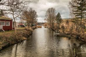 Die Havel in Brandenburg mit kleinem Boot. Am Ufer Bäume