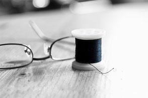 schwarze-garnrolle-und-brille