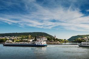 Schiff fährt auf dem Rhein Rüdesheim