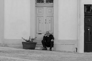 beschaulich-marsaxlokk-malteser-vor-der-tuer