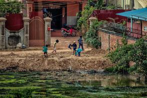 kinder-spielen-vor-der-haustuer-siem-reap-kambodscha