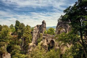 Blick auf Basteibrücke im Elbsandsteingebirge