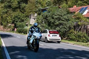 motorrad-auto-landstrasse-verkehr