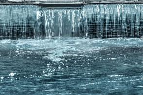 Wasser fließt am Wehr