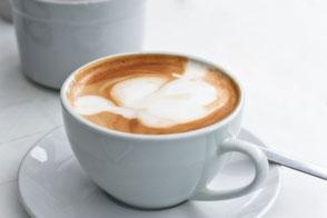 Cappuccino-in-weißer-Tasse