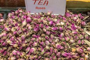Getrocknete-Rosenblüten-auf-dem-Markt