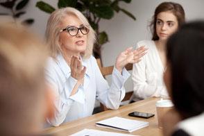 Voice Coaching Rhetorik Körpersprache Gruppe Meeting Frau