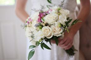Voice Moderation Hochzeit Blumenstrauss Frau Hochzeitsrede