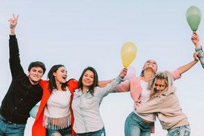 In der Gruppe zusammen verreisen. Wanderer und Freunde im Urlaub in Deutschland, gut abgesichert mit einer Gruppenreise-Versicherung.