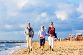 Ein Mann und eine Frau bei strahlend blauem Himmel im Deutschlandurlaub mit Reiseschutz-Reiseversicherung der ERGO
