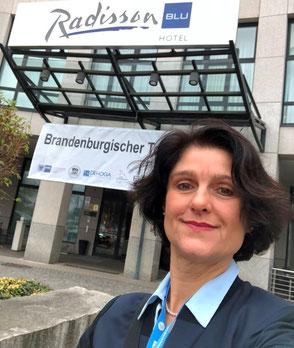 Ina Bärschneider in Cottbus vor dem Radisson Blu