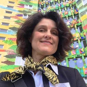 Ina Bärschneider vor dem Ahorn Seehotel Templin