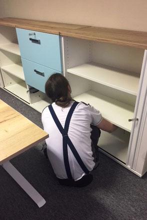 Büromöbel werden aufgebaut im ERV-Büro von Ina Bärschneider in Wandlitz