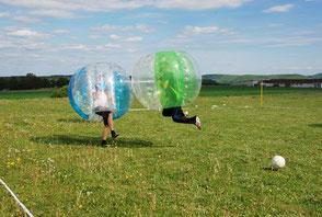 Sommerfest Ideen Spiele planen gestalten sportlich Teamspiele Bubble Soccer