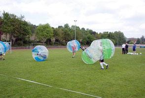 Bubble Football Firmenfeier sportlich Teamevent Soielideen planen gestalten organisieren Sommerfest