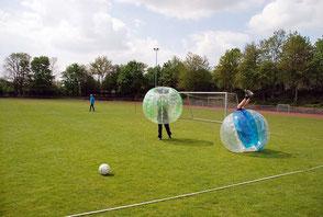 Ideen Junggesellenabschied Party Spiele Fußball outdoor mieten Bubble Football Bumper Action