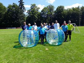 Sportliches Teamevent Bubble Soccer Bumper Ball Frankfurt Bubble Soccer mobiler Grill Firmenevent Ideen Sommerfest Tagung