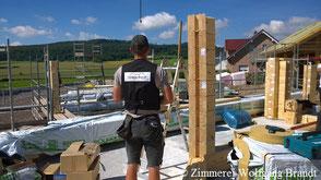 Blockhaus Montage - Blockhausbauer bei der Arbeit - Holzhandwerk - Deutschland - deutschlandweit