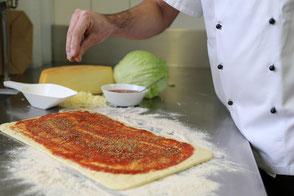Pizzateig wird vorbereitet
