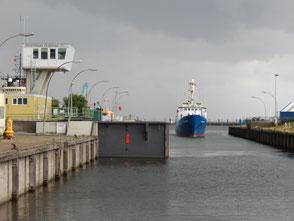 Seeschleuse Cuxhaven mit einfahrendem Schiff
