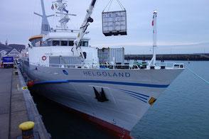 Seebäderschiff Helgoland bei der Übernahme von Gepäckcontainern an der Helgoländer Westkaje