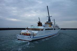 Seebäderschiff Helgoland auslaufend im Helgoländer Vorhafen