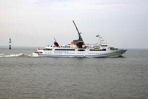 Seebäderschiff MS HELGOLAND auf der Fahrt von Cuxhaven nach Helgoland in Höhe Insel Neuwerk