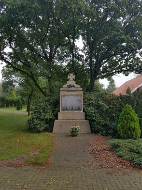 Kriegerdenkmaal an'n Karkhoff in Hollen